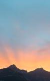 Soluppsättning bak bergmaxima i fjällängarna av Schweiz Arkivfoton