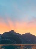 Soluppsättning bak bergmaxima i fjällängarna av Schweiz Royaltyfria Foton