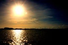Soluppsättning i mörk himmel på havet Royaltyfria Foton