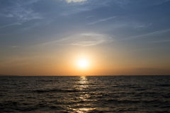 Soluppsättning och stranden i sommaren Royaltyfri Fotografi
