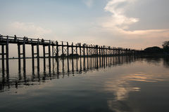 Soluppsättning på bron för U Bein, Mandalay, Myanmar Arkivfoto