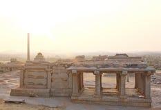 Soluppsättning på den Hemakuta kullen, Hampi, Indien Royaltyfri Foto