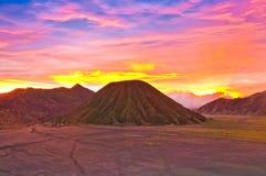 Soluppsättning på Volcanoes av den Bromo nationalparken Arkivfoton