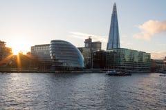 Soluppsättning som ser södra över Themsen Fotografering för Bildbyråer