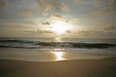 Soluppsättningar över den Alleppey stranden Arkivbilder