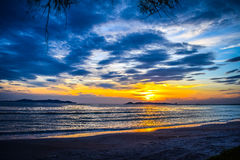 Soluppsättningar över havet arkivfoto