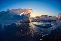 Soluppsättningarna av glaciären i vinter Royaltyfri Bild