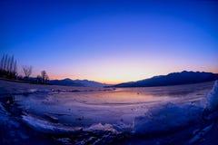 Soluppsättningarna av glaciären i vinter Arkivfoto