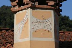 solur med timmenummer på lampglaset av en belägen mitt emot söder för hus Arkivbild