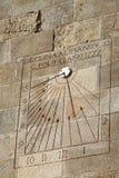 Solur på en vägg i slott av Montjuic i Barcelona, Spanien Arkivfoton