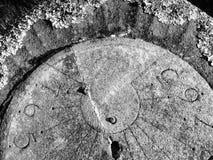 Solur som täckas med laven i kyrkogård Arkivfoto