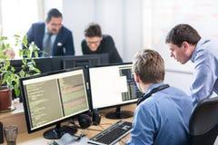 Solution de problème commercial de jeune entreprise Programmateurs de logiciel travaillant sur l'ordinateur de bureau Photo stock