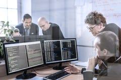 Solution de problème commercial de jeune entreprise Programmateurs de logiciel travaillant sur l'ordinateur de bureau Photos stock