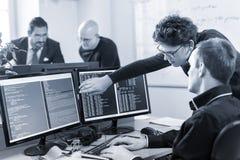 Solution de problème commercial de jeune entreprise Programmateurs de logiciel travaillant sur l'ordinateur de bureau Photo libre de droits