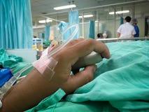 solution saline sur la main de femme dans l'hôpital images stock