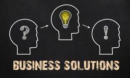 Solutions d'affaires - groupe de trois personnes avec le point d'interrogation, c photos libres de droits