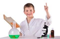 Soluzione felice del ritrovamento del ragazzo di scienza nel libro Fotografia Stock