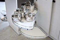Soluzione per uno stoccaggio dell'angolo della cucina in un armadietto Fotografie Stock