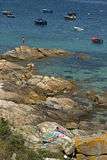 Solvänner på stenig kust av Galicia, Spanien Royaltyfri Fotografi