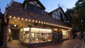 Solvang shoppar på natten lager videofilmer