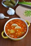 Solyanka mieszanki polewka z kiełbasami, grulami i cytryną, Zdjęcie Stock