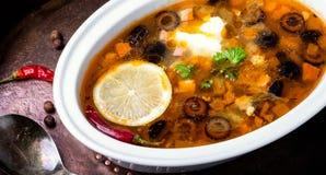 Solyanka traditionele Russische soep stock afbeeldingen