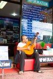Som ägaren av ön som spelar gitarren Arkivfoton
