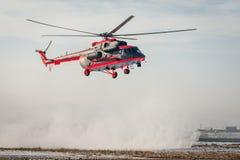 Som ändras för arktisk helikopter för trasport Mi-8 Arkivbilder
