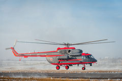 Som ändras för arktisk helikopter för trasport Mi-8 Royaltyfri Bild