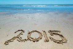 2015 som är handskriven i sanden av stranden Royaltyfri Fotografi