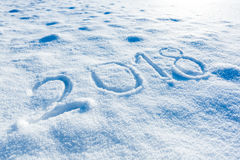2018 som är handskriven på snön Arkivbild