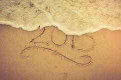 2015 som är skriftlig in i sanden på en strand Royaltyfria Foton