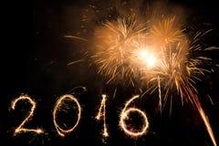2016 som är skriftlig med fyrverkerier som en bakgrund Arkivfoton