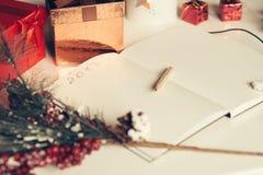 2017 som är skriftlig på anteckningsboken med garneringar för nya år i retro stil Arkivbild