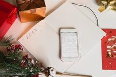2017 som är skriftlig på anteckningsboken med garneringar och mobil p för nya år Royaltyfria Bilder