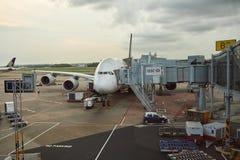 A380 som anslutas på den Changi flygplatsen Arkivfoto