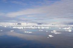 Som antártico com gelo de flutuação e os céus refletidos Foto de Stock