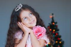 som att drömma den klädde lyckliga små princessen för flicka arkivbild