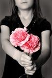 som att ge sig för blommagåva Royaltyfria Bilder
