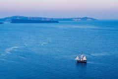 som bakgrund är blå, kan fartygfartyg klubba mörka etc Royaltyfri Foto