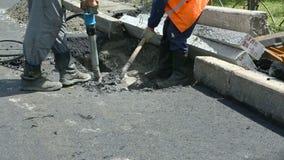 som bakgrund är kan den använda stenlägga vägen Arbetare som lägger stenmastixasfalt under gatan som reparerar arbeten stock video