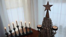som bakgrund är kan det använda julillustrationtemat Konstgjort träd med bränningstearinljus arkivfilmer