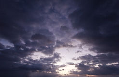 som bakgrund är kan föreställa använd skytextur Arkivfoto