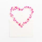 som bakgrund är kan vykortet använda valentiner hjärta isolerad symbolwhite Kronblad av rosor och pappers- kort för tappning på v Arkivbilder