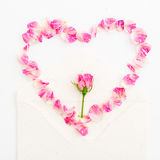 som bakgrund är kan vykortet använda valentiner hjärta isolerad symbolwhite Kronblad av rosor och pappers- kort för tappning på v Royaltyfri Foto