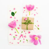 som bakgrund är kan vykortet använda valentiner Rosa tulpan, rosor, pappers- kort för tappning och gåvaask som isoleras på vit ba Arkivbild