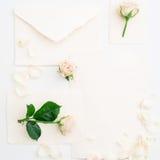 som bakgrund är kan vykortet använda valentiner Rosor och pappers- kort för tappning på vit bakgrund Lekmanna- lägenhet, bästa si Royaltyfria Bilder