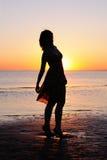 som barn för havssilhouettekvinna Royaltyfri Foto