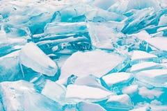 Is som bryter över Baikal den djupfrysta vattensjön arkivbilder