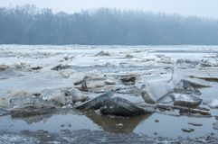 Is som bryter på sjön royaltyfria bilder